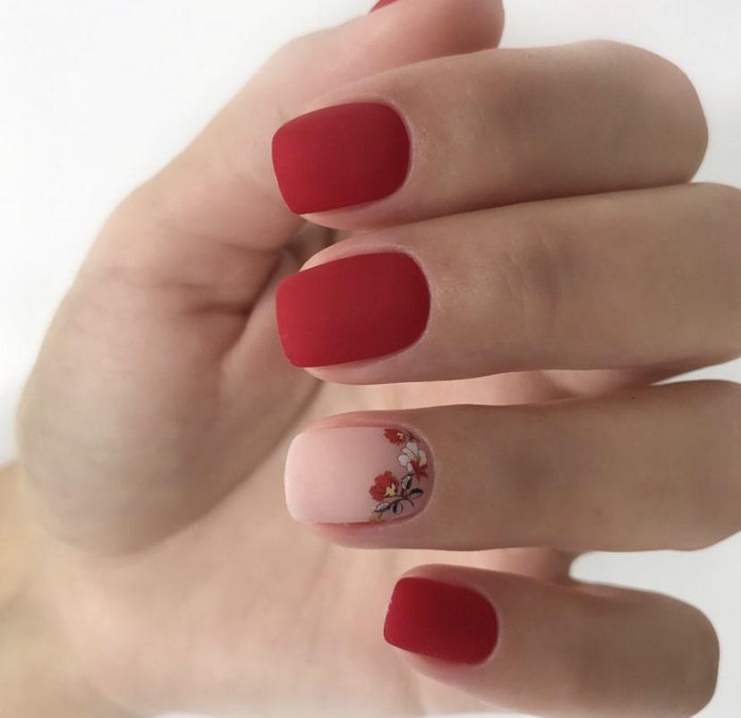 Красно-бежевый маникюр с росписью