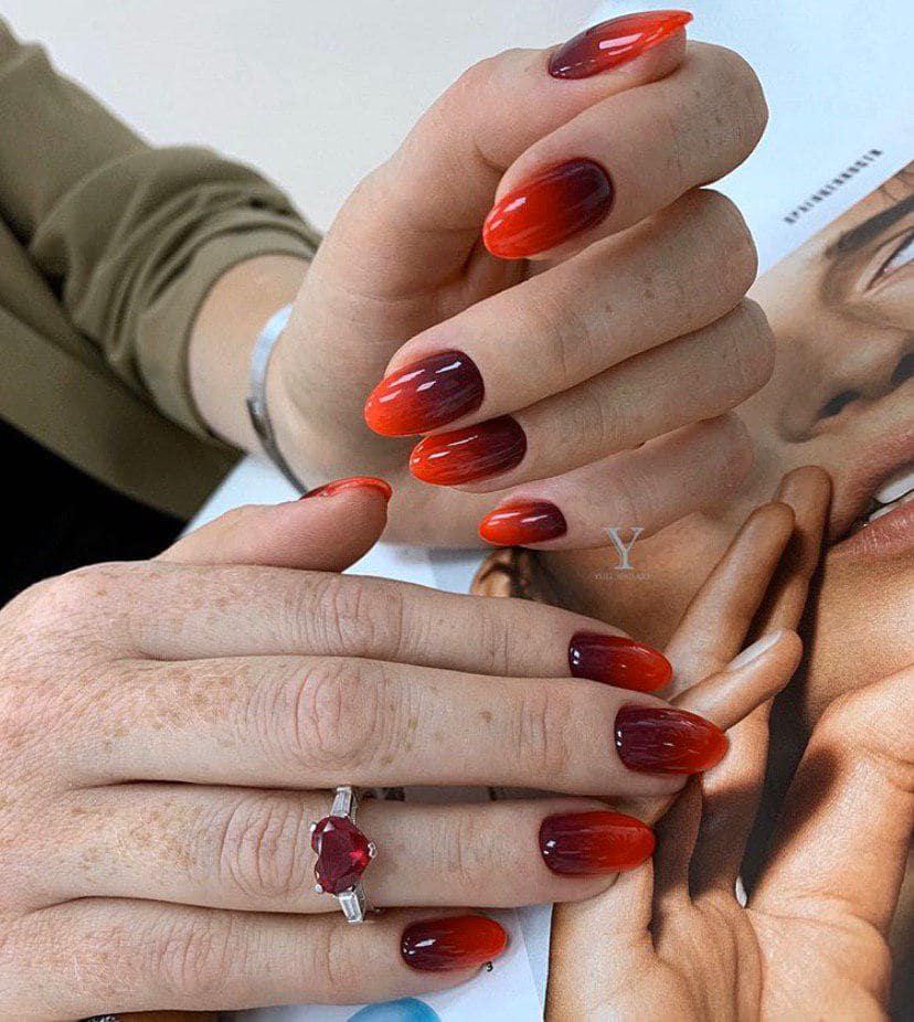 Красное омбре на миндальных ногтях