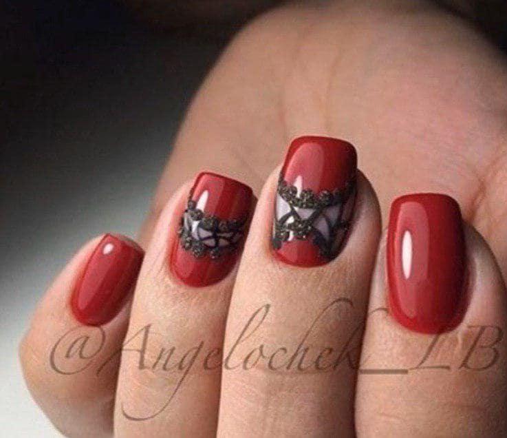 Красный маникюр на коротких ногтях  с узорами из акриловой пудры