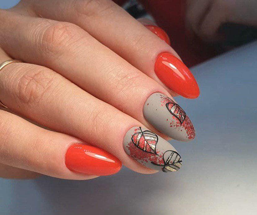 Красный маникюр с фольгой и листиками на осень
