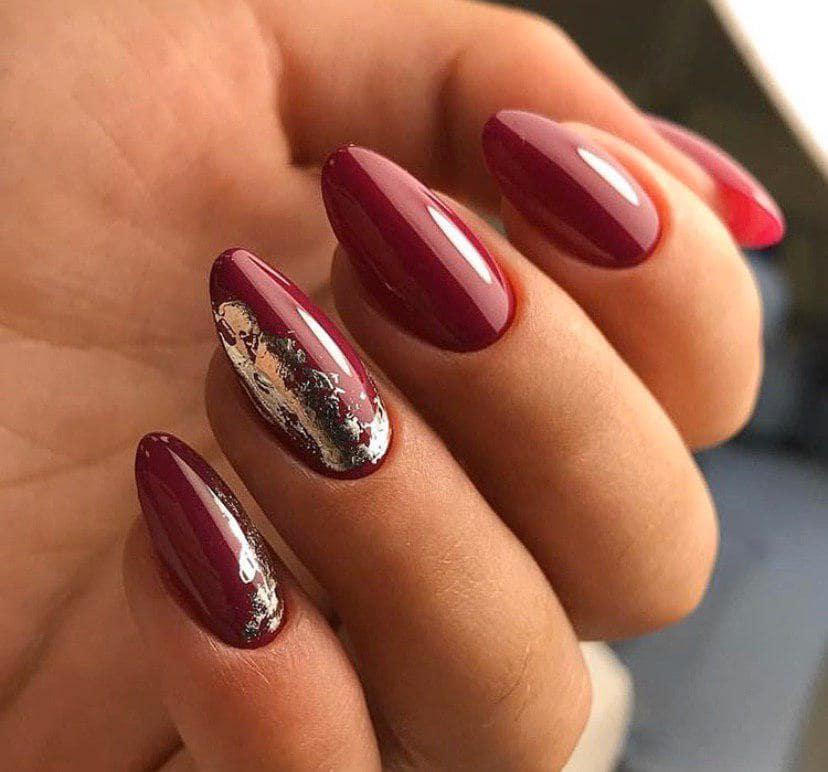 Красный маникюр с серебряной фольгой на миндальной форме ногтей