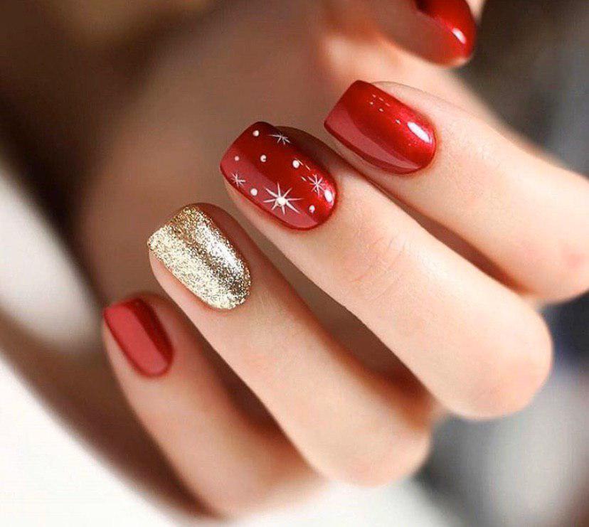 Красный маникюр с золотом и снежинками на коротких квадратных ногтях на зиму и новый год