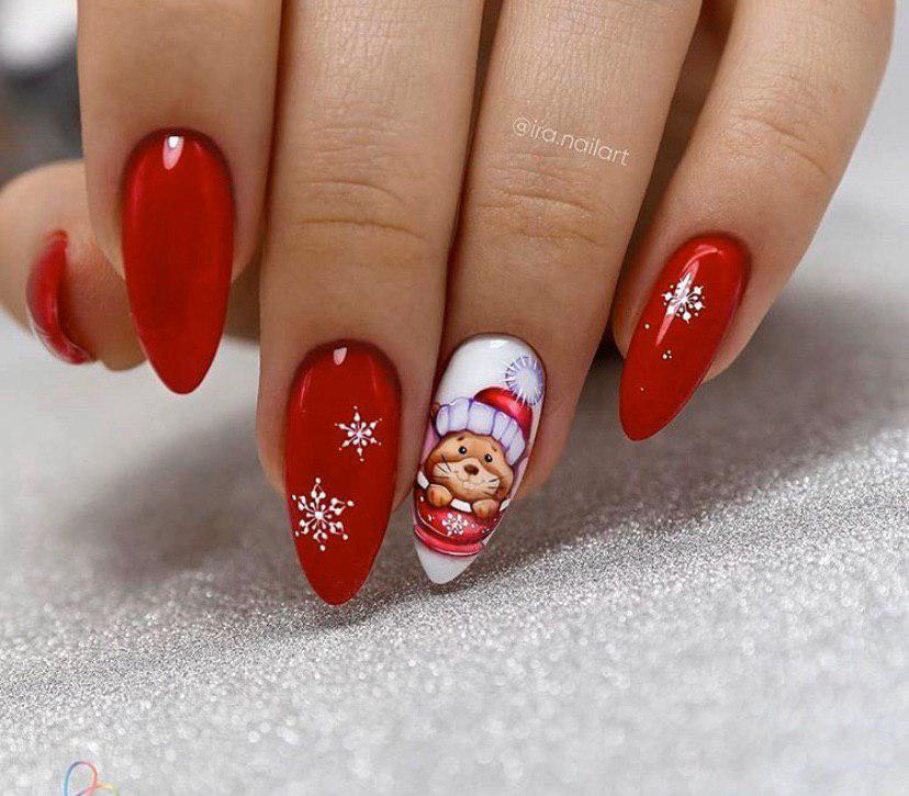 Красный маникюр со снежинками и мышкой на Новый год 2020