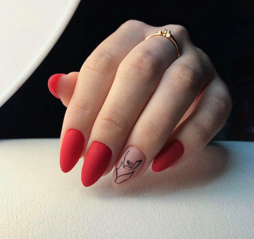 Красный матовый маникюр с минималистичным дизайном на длинных ногтях