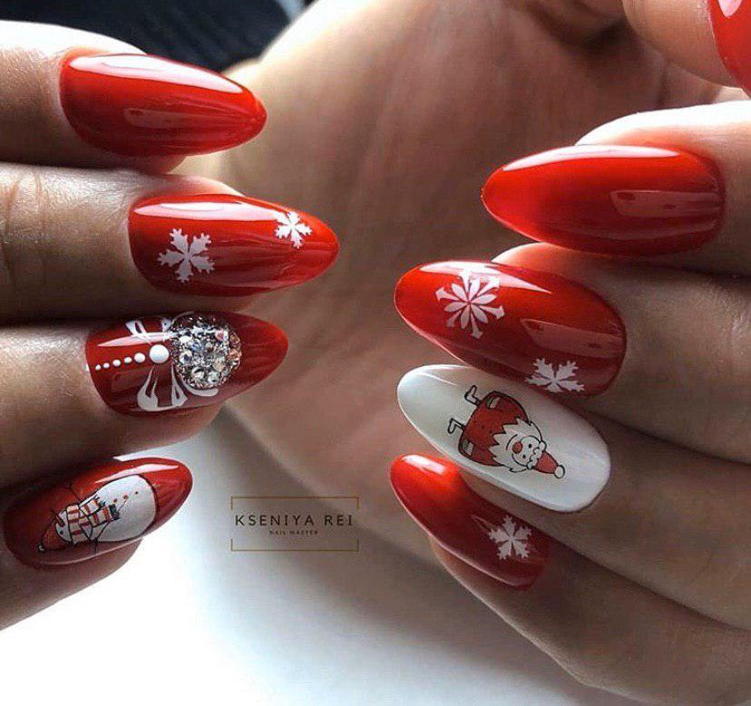 Красный новогодний маникюр с дизайном и снегогвиком и снежинками