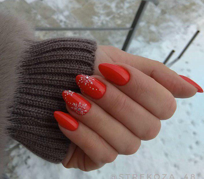 Красный новогодний маникюр со снежинками