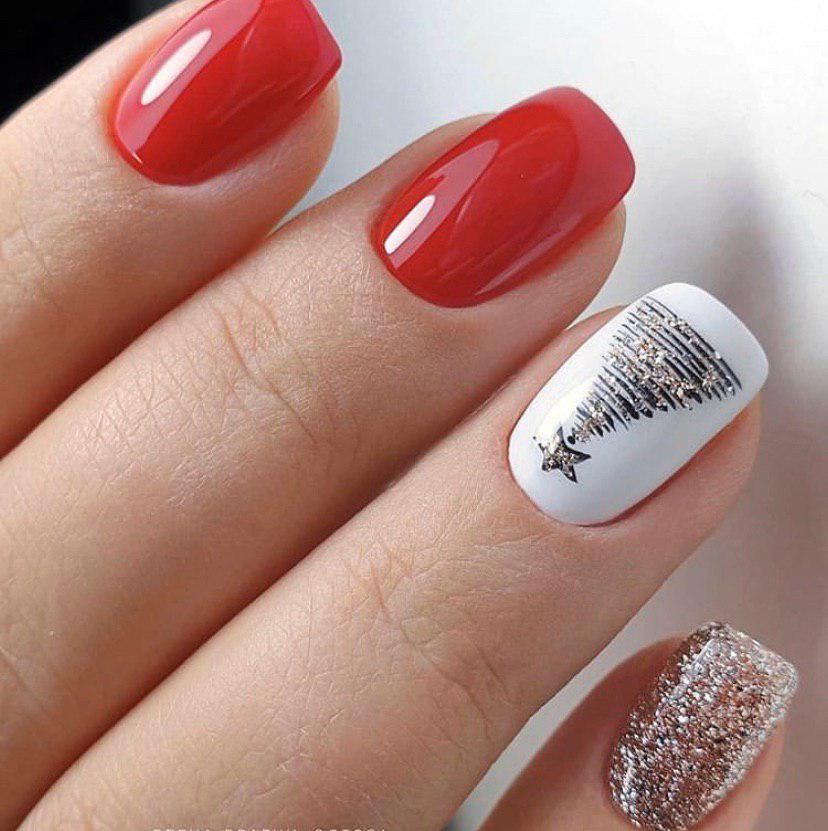Красный с белым маникюр и блестками на коротких ногтях с елкой