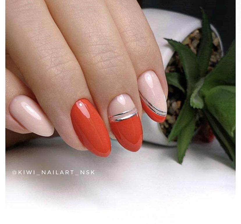 Красный маникюр на овальных ногтях с серебристыми полосками