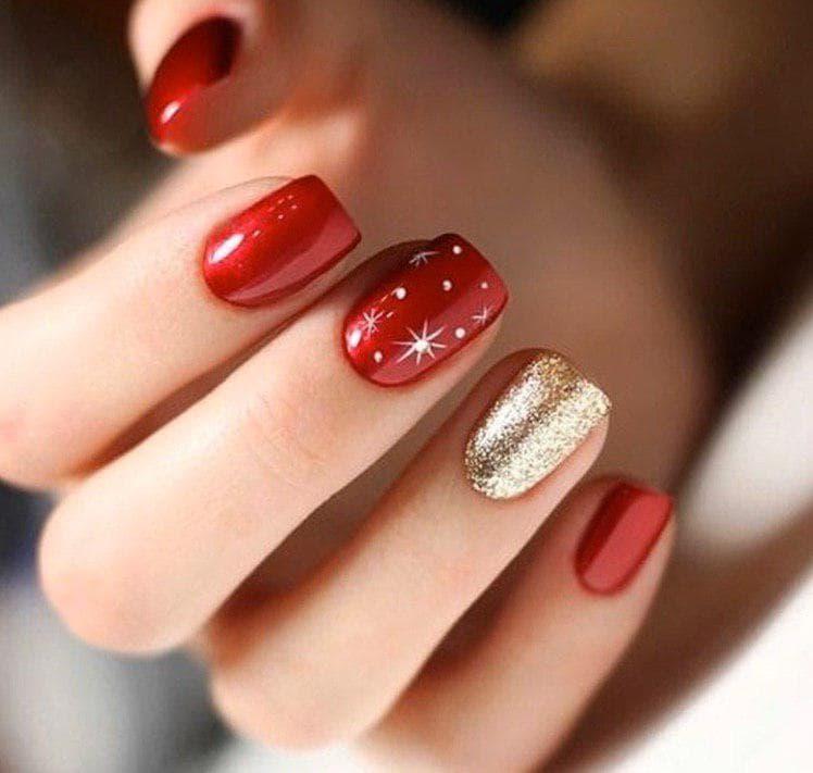 Красный зимний маникюр с золотом на коротких ногтях на новый год