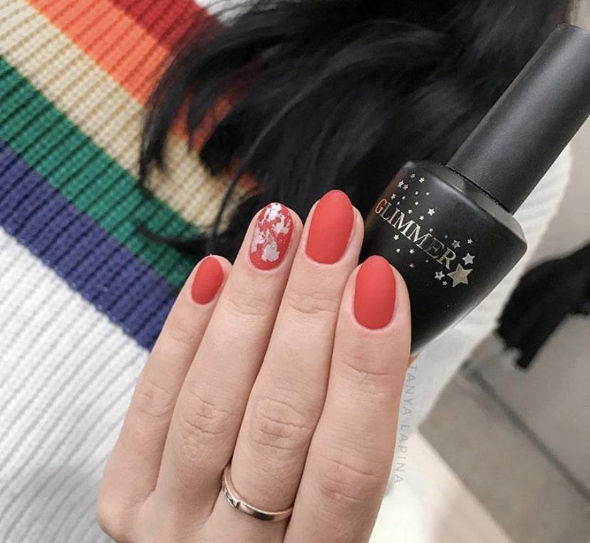 Красный маникюр с фольгой