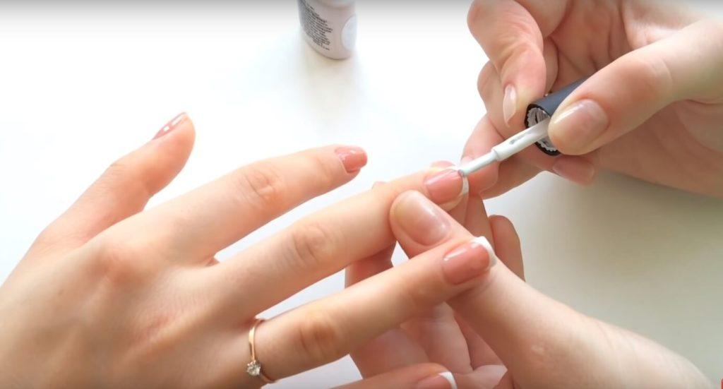 Наносим белый лак по краю ногтей