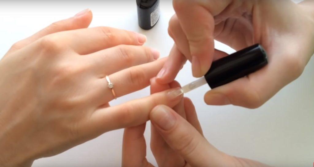 Обезжириваем ногти