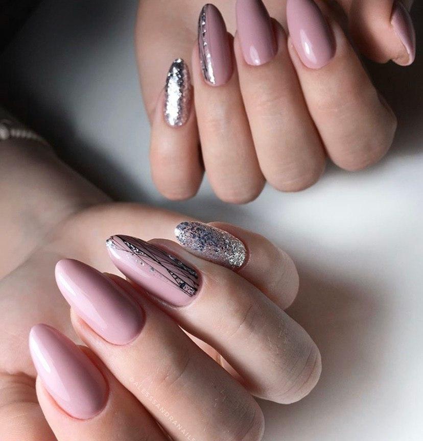 Макникюр в нюдовом цвете на овальных ногтях с дизайном паутинка