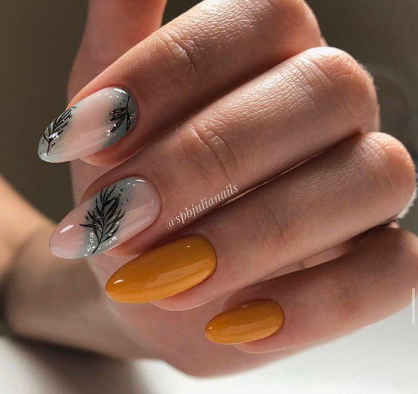 Маникюр бежевый с горчичным и легким дизайном на ногтях миндальной формы