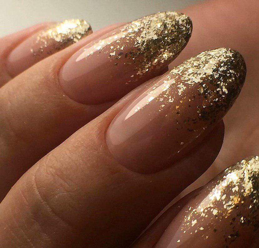 Маникюр бежевый с золотым глиттером омбре на овальных ногтях