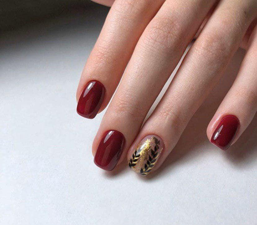 Маникюр бордового цвета с дизайном на осень