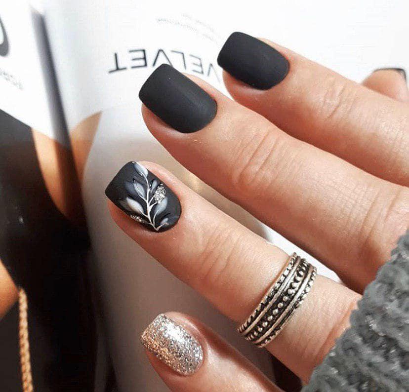 Маникюр черного цвета с дизайном на осень2019