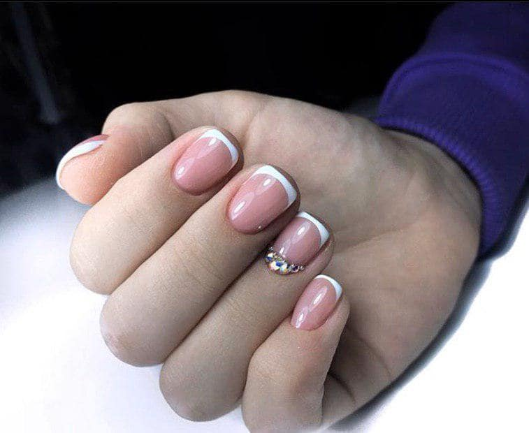 Шикарный французский маникюр на коротких ногтях овальной формы