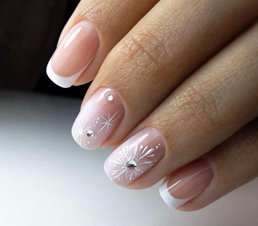 Маникюр френч на зиму с омбре и снежинками на коротких ногтях новый