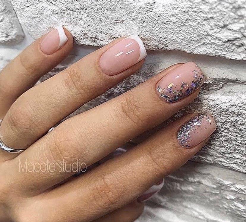 Маникюр френч с дизайном из блесток на квадратных ногтях