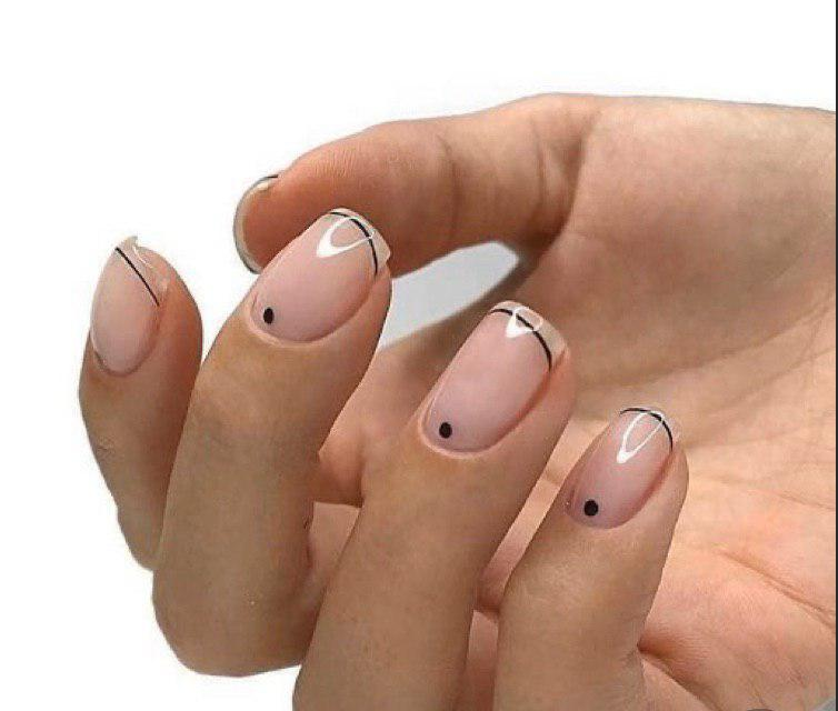 Маникюр френс минимализм с тонкими линиями на кортких ногтях