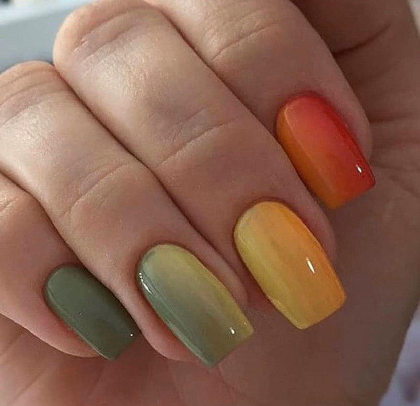 Маникюр горизонтальное омбре в разных цветах на квадратных ногтях