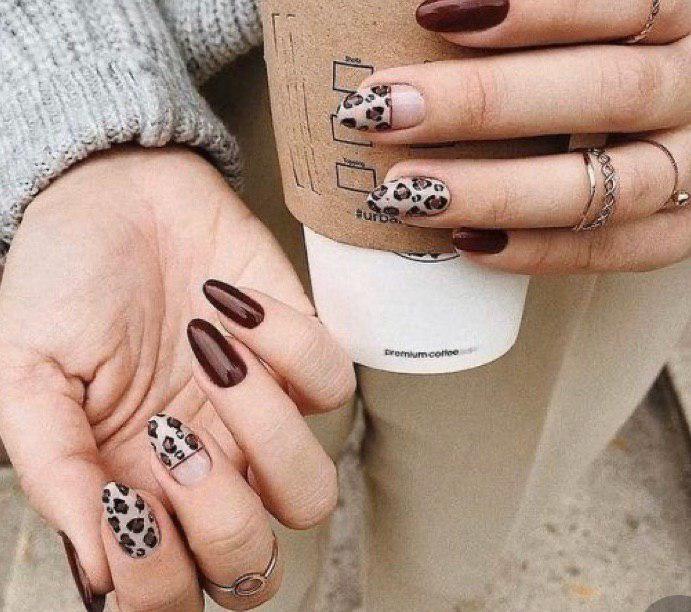 Маникюр коричневый с бежевым на овальных ногтях с дизайном животный принт
