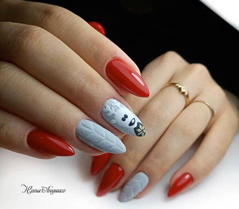 Маникюр красно-серый с дизаном свитерок и оленем на ногтях миндальной формы на новый год 2020