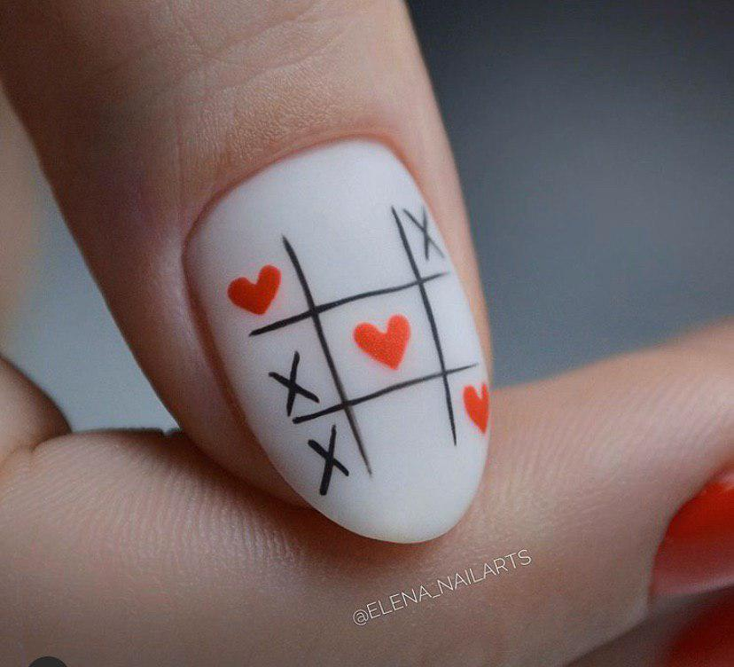 Маникюр матовый с дизайном крестики-нолики на овальных ногтях