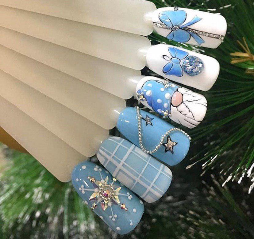 Маникюр на НОвый год с дедом морозом в голубых тонах