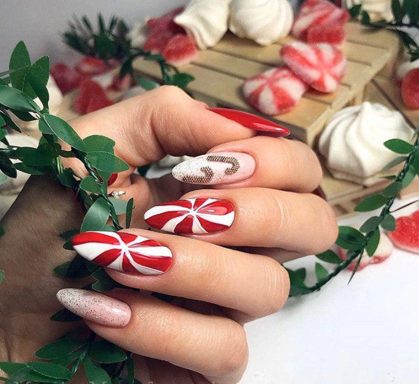 Маникюр на Новый год конфеты на ногтях миндальной формы
