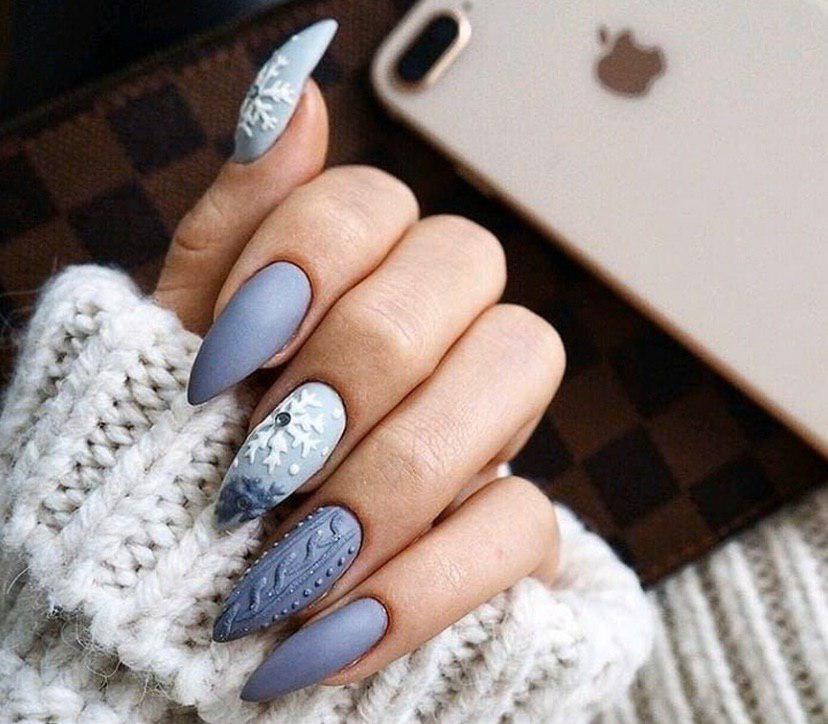 Маникюр на Новый год в серых тонах с дизайном свитерок и снежинками на миндальной форме ногтей
