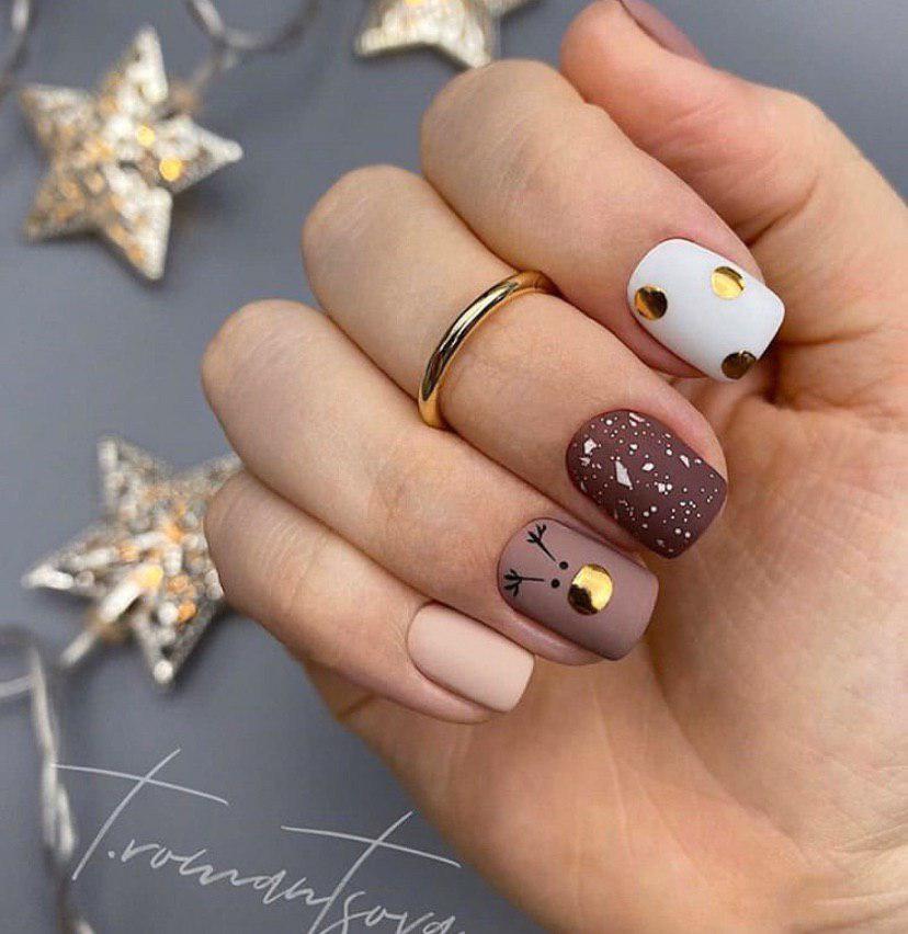 Маникюр на короткие ногти бежево-коричневый на новый год