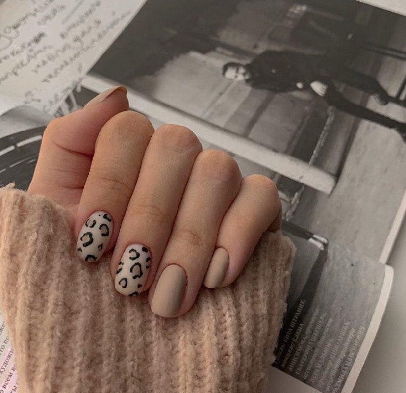 Маникюр на короткие ногти бежевый с леопардовым принтом