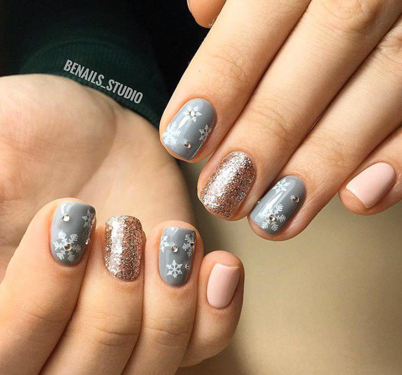 Маникюр на коротких ногтях серый ис блестками и снежинками на Новый год