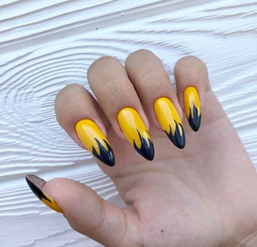 Маникюр на лето с пламенем на длинных ногтях миндальной формы