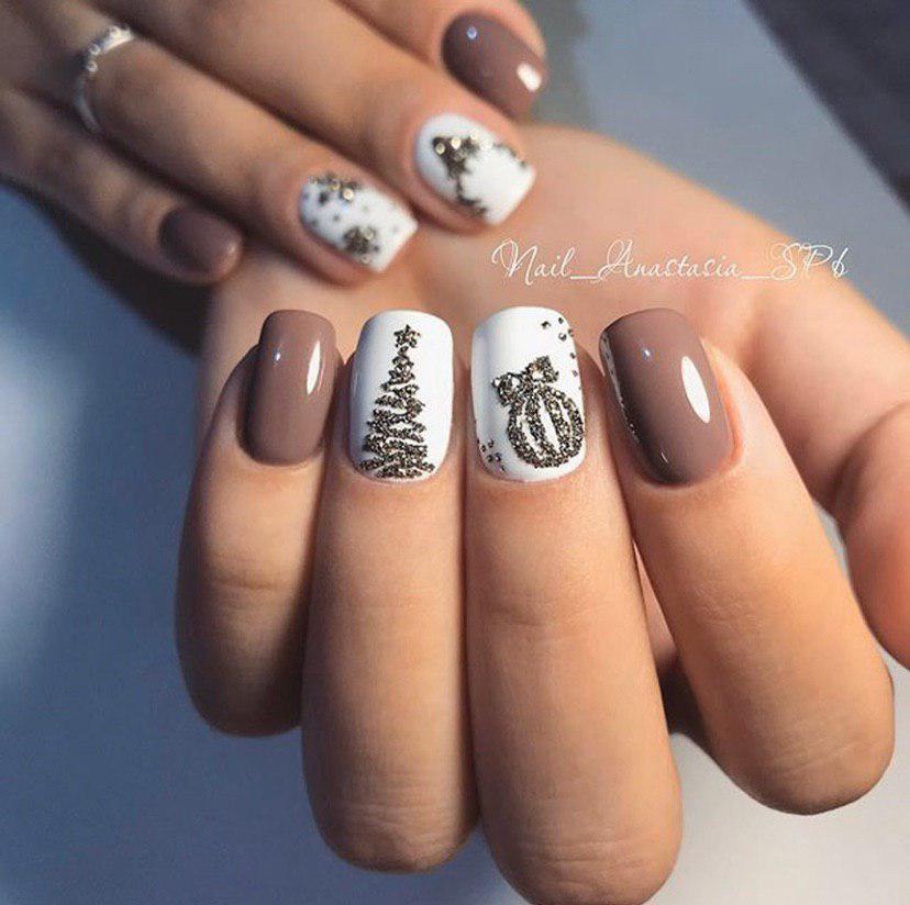 Маникюр на новый год с темно бежевым и белым гель-лаком и дизайном на коротких ногтях