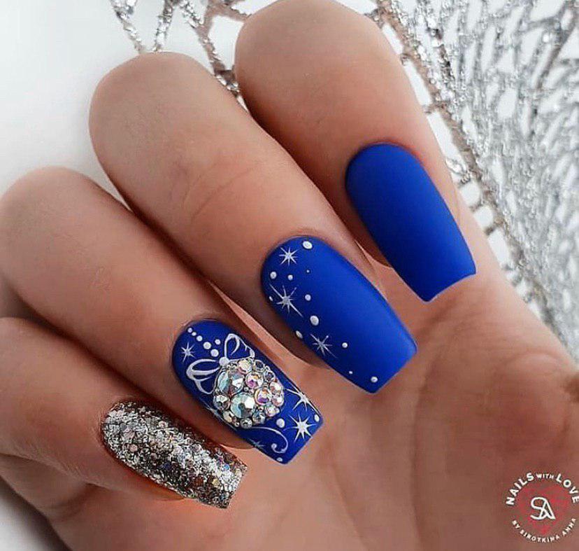 Маникюр на новый год со стразами синий с глитером на Новый год