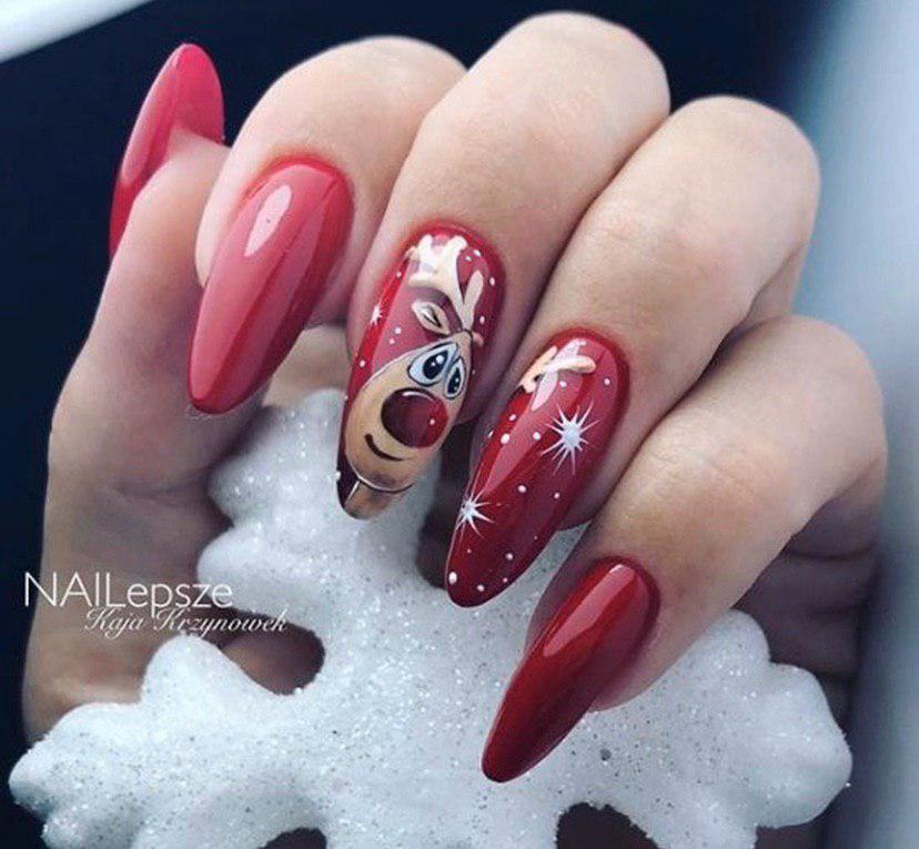Маникюр на новый год в красном цвете на овальной форме ногтей с оленем