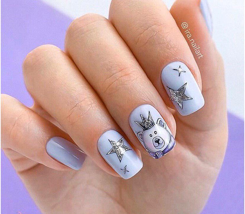Маникюр на новый год в нежно-сиреневом цвете со звездочками и мишкой на коротких ногтях