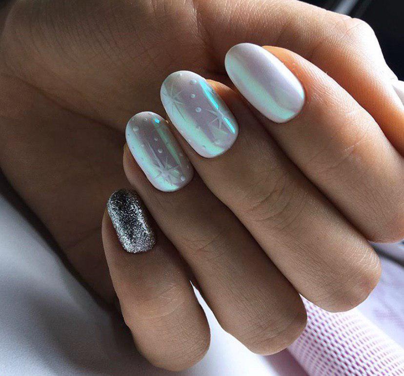 Маникюр на овальных ногтях на зиму на новый год с втиркой и снежинками