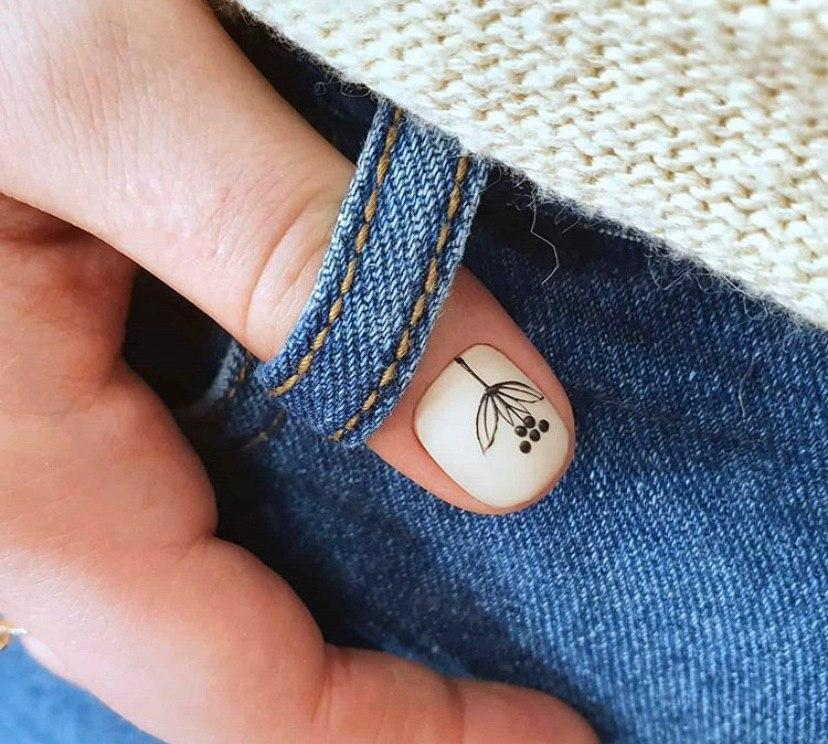 Маникюр на весну нежный маникюр с рисунком на короткие ногти
