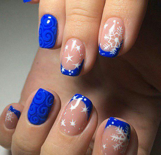Маникюр на зиму синий френч со снежинками