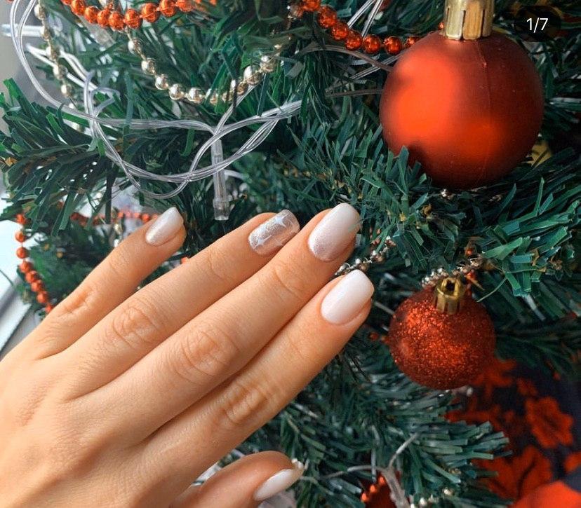 Маникюр на зиму со свездочками на квадратной форме ногтей