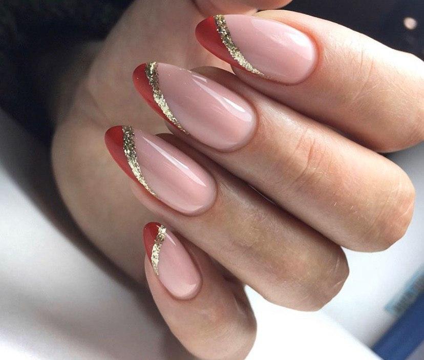 Маникюр нестандартный френч в красном и золотом цветах нв миндальной форме ногтей