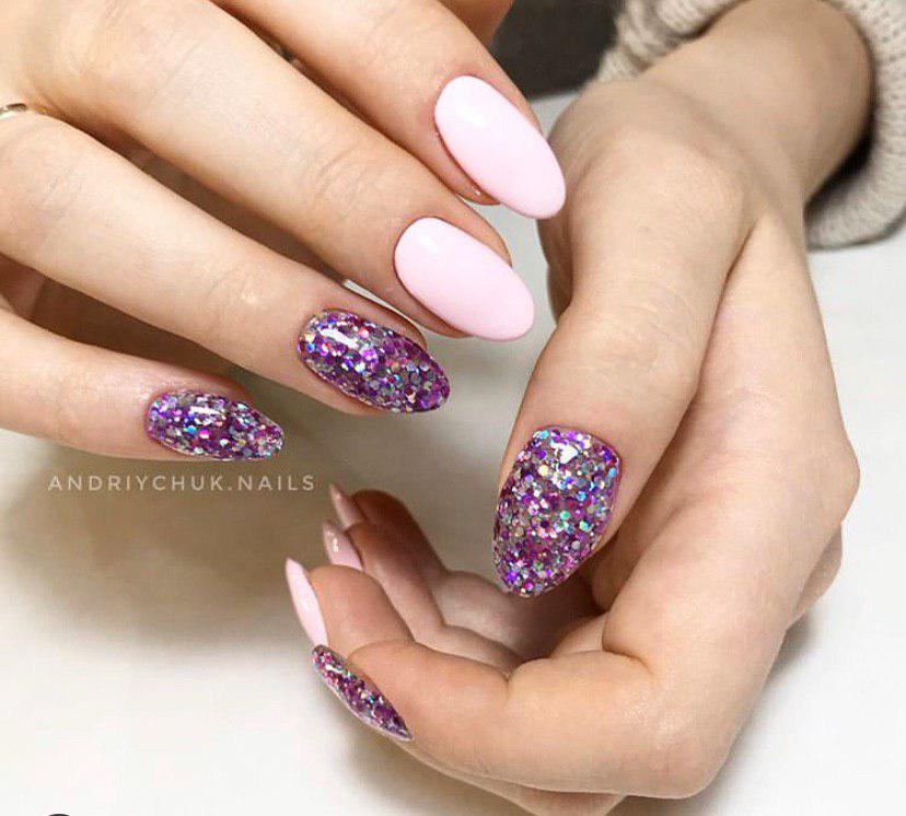 Маникюр нежно-розовый с блестками на овальных ногтях