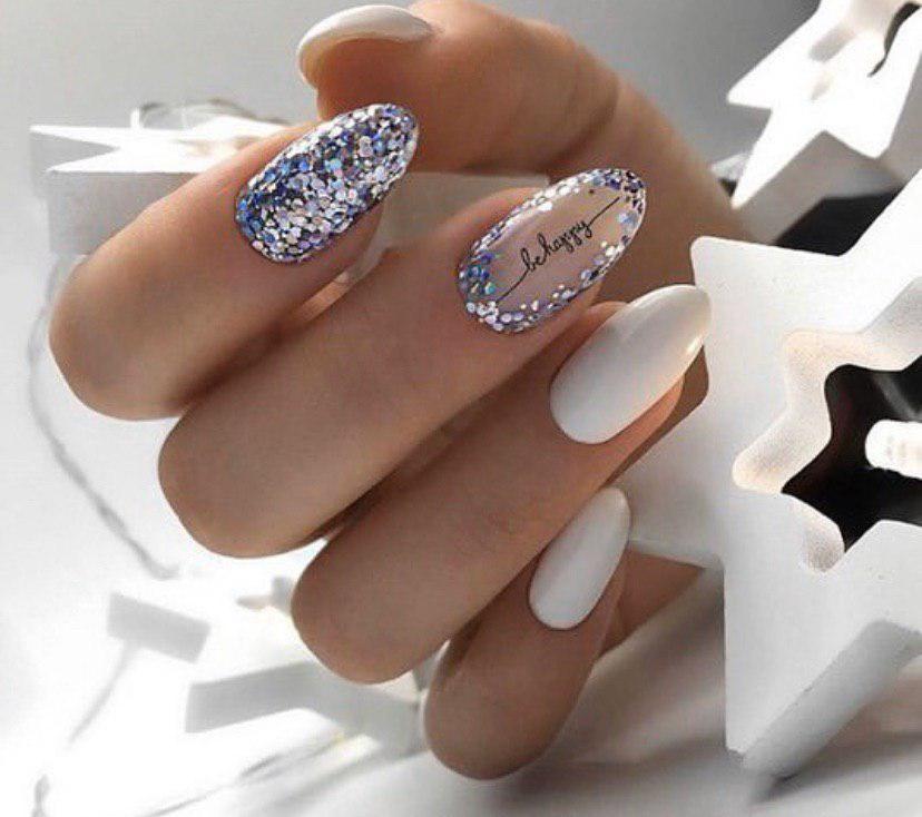 Маникюр нежный с глиттером на овальных ногтях-56