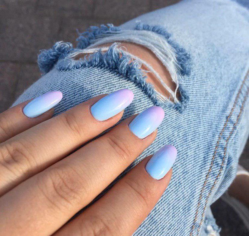 Маникюр омбре нежно-голуьбой переходящий в розовый на овальной форме ногтей