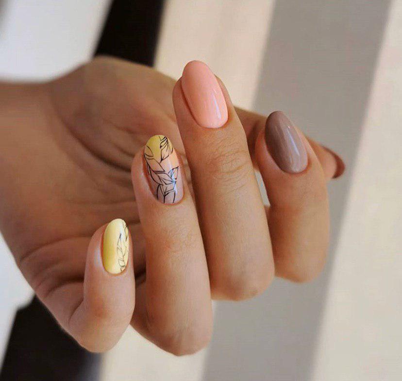 Маникюр омбре с дизайном листьями на овальных ногтях