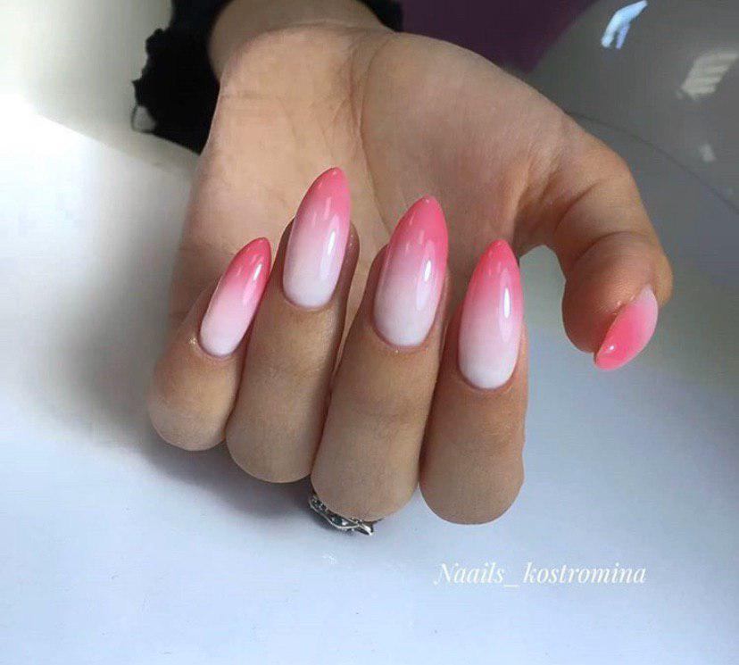Маникюр омбре с нежно розового переходящее в ярко-розовый на ногтях миндальной формы